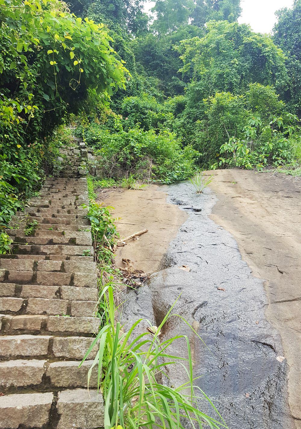 Tảng đá lớn có nước suối chảy ra ở khoảng cột 55