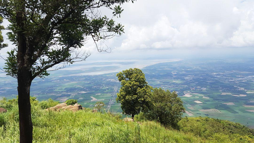 Toàn cảnh đồng ruộng bao la bát ngát khi nhìn từ đỉnh núi Bà Đen