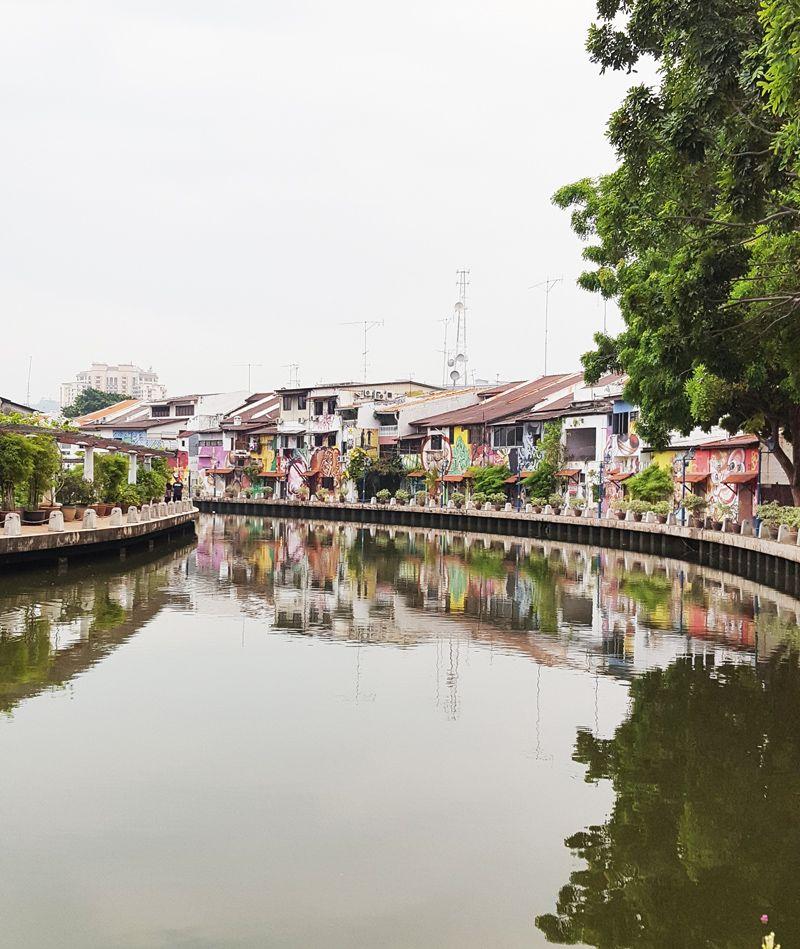 Chia sẻ kinh nghiệm du lịch bụi Melaka - Nhà trang trí 2 bên bờ sông Melaka