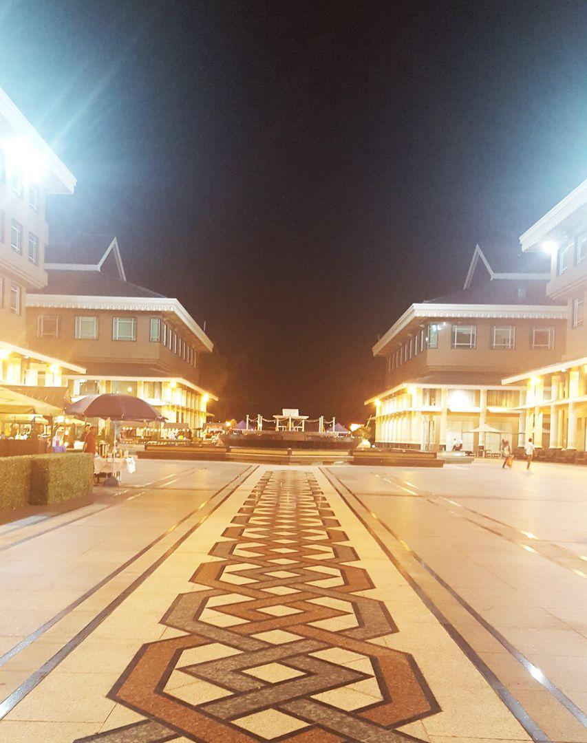 Du lịch bụi Brunei - Quãng trường trung tâm Yayasan