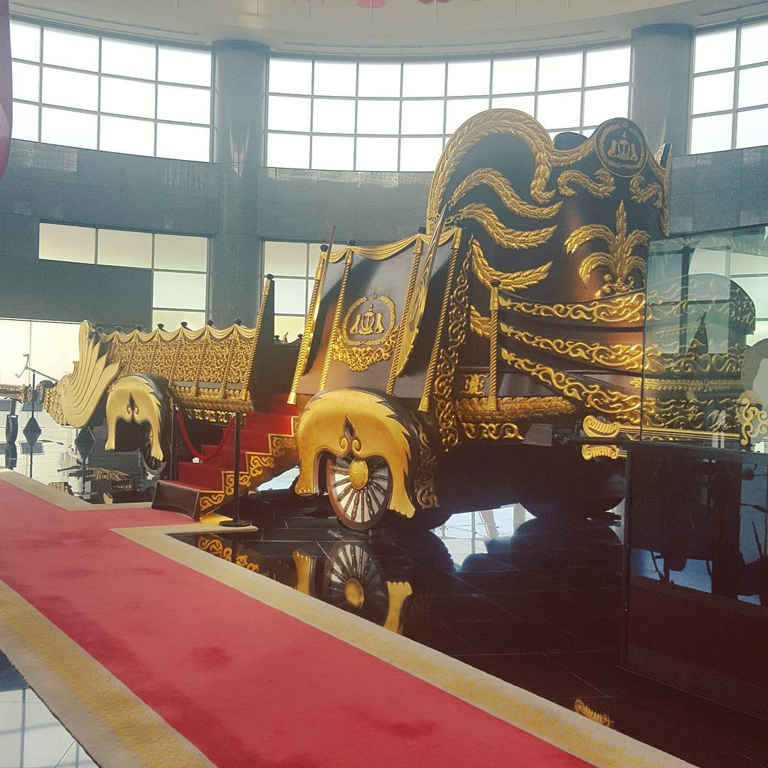Du lịch bụi Brunei - Bảo tàng Brunei Royal Regalia 2