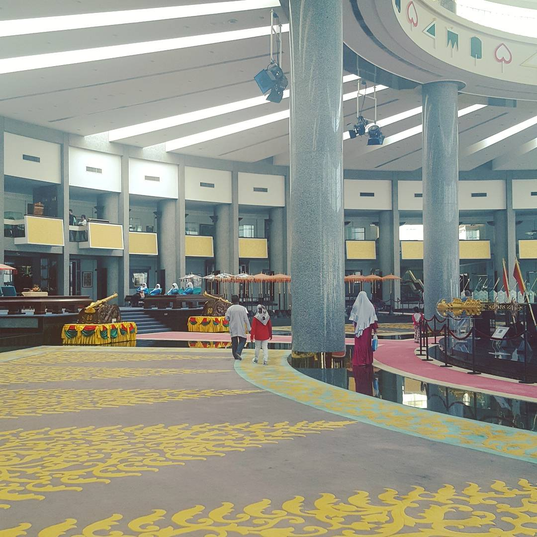Du lịch bụi Brunei - Bảo tàng Brunei Royal Regalia 4