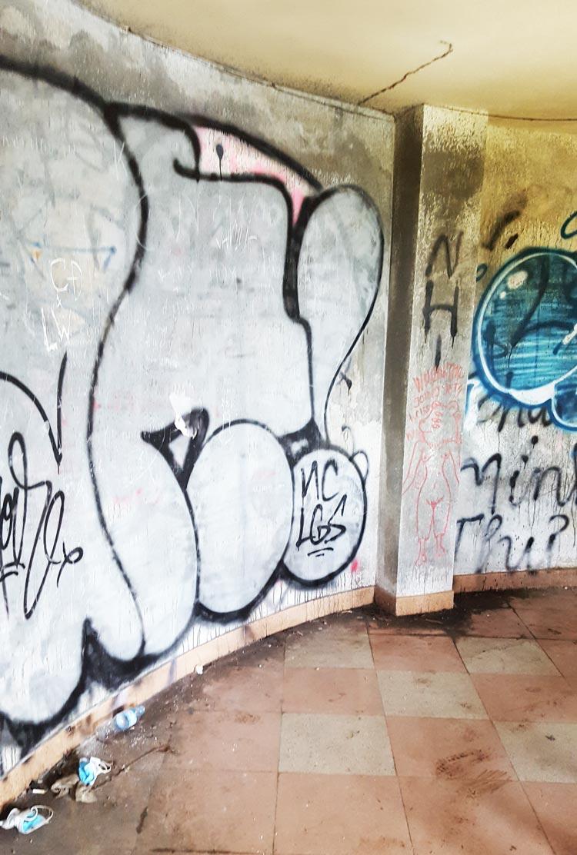 Công viên nước hồ Thủy Tiên - Các hình vẽ trên tường bên trong