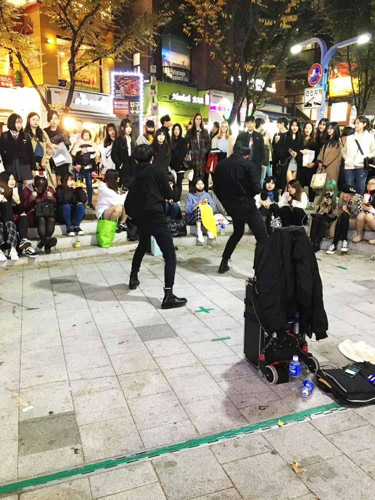 Chia sẻ kinh nghiệm du lịch bụi Hàn Quốc trong 8 ngày - hình 3 - Chơi nhạc đường phố ở Hongdae