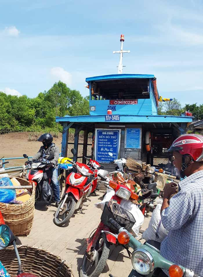 Khám phá 9 cửa sông của hệ thống sông Cửu Long 17 - Người và xe máy trên đò bến Thủ