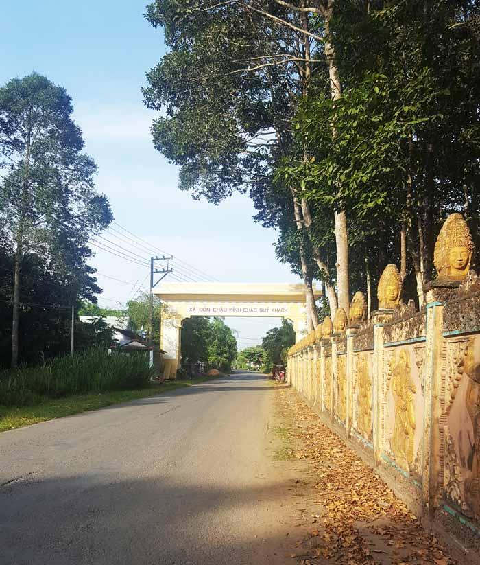 Khám phá 9 cửa sông của hệ thống sông Cửu Long 37 - Chùa có tường trang trí