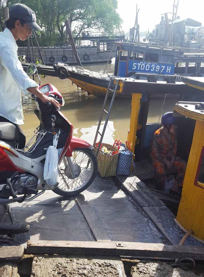 Khám phá 9 cửa sông của hệ thống sông Cửu Long 39 - Bến đò Định An dắt xe xuống đò