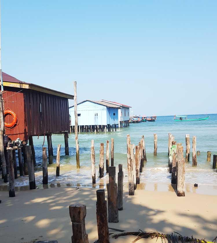 Chia sẻ kinh nghiệm du lịch bụi đảo Koh Rong Sanloem 13 - Cầu tàu và cọc gỗ