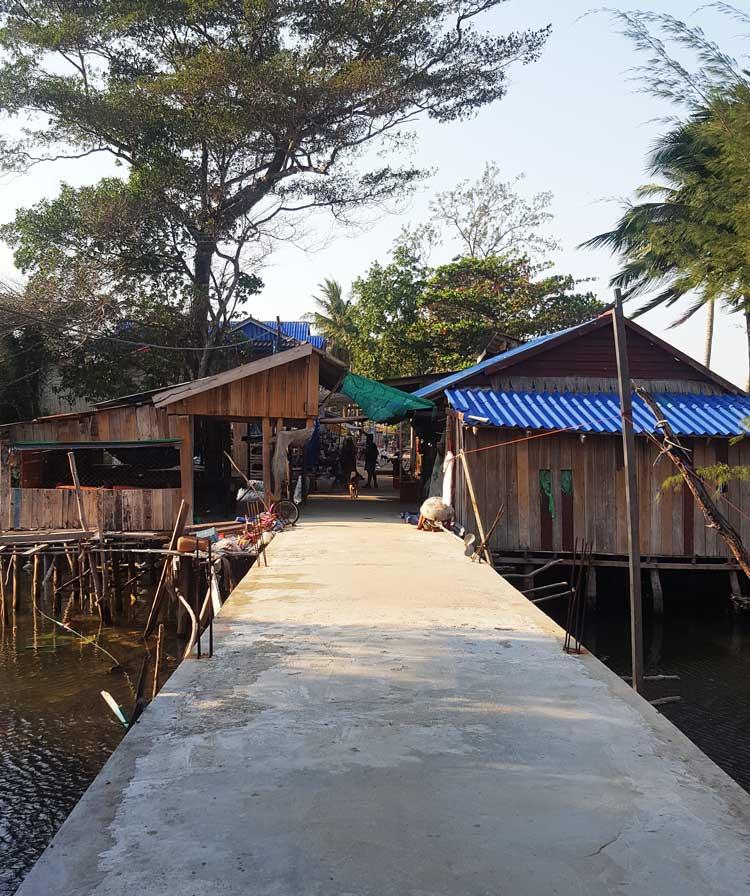 Chia sẻ kinh nghiệm du lịch bụi đảo Koh Rong Sanloem 14 - Cây cầu nhỏ bắc ngang đường trong làng