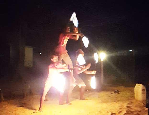 Chia sẻ kinh nghiệm du lịch bụi đảo Koh Rong Sanloem 18 - Múa lửa