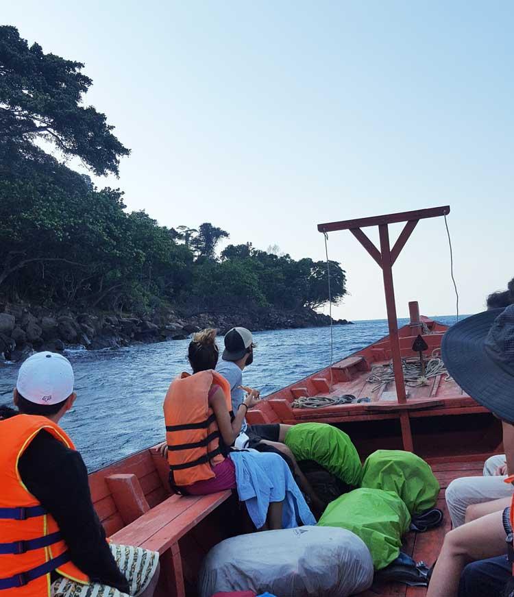Chia sẻ kinh nghiệm du lịch bụi đảo Koh Rong Sanloem 19 - Trên thuyền qua bãi Sunset