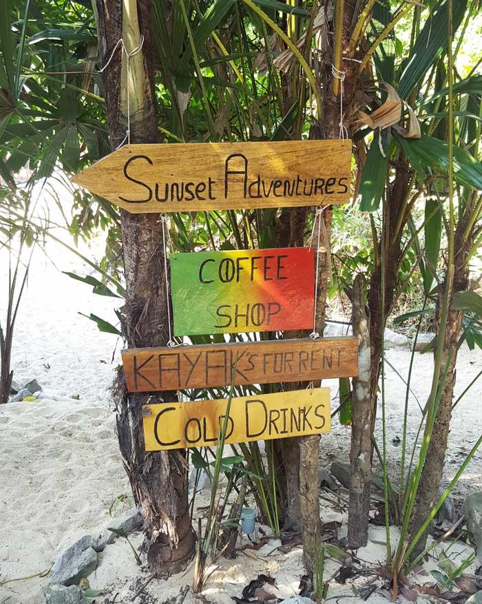 Chia sẻ kinh nghiệm du lịch bụi đảo Koh Rong Sanloem 22 - Các bảng hiệu trêo trên gốc cây