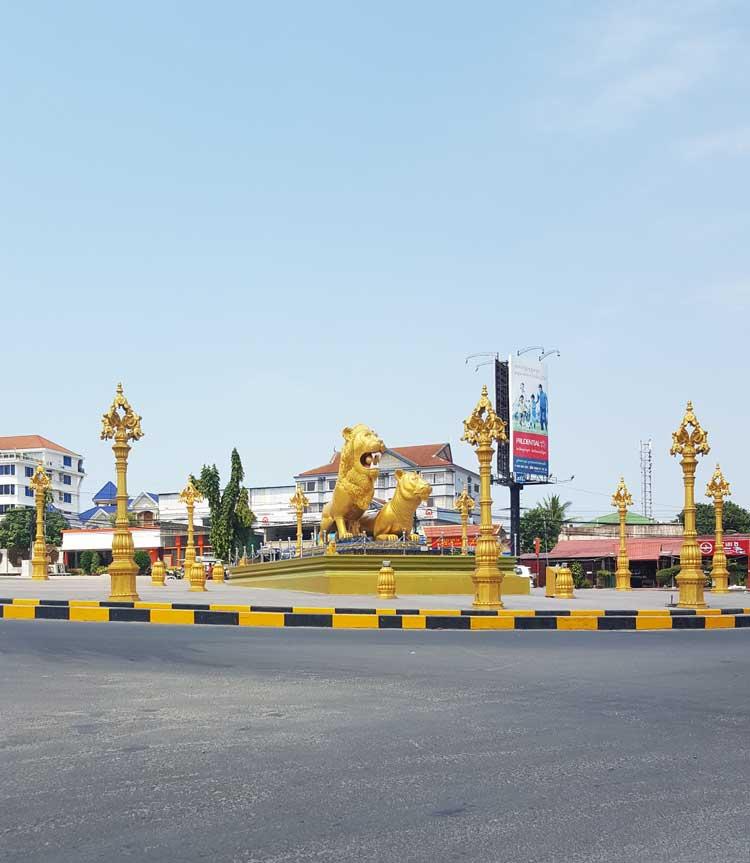 Chia sẻ kinh nghiệm du lịch bụi đảo Koh Rong Sanloem 4 - Vòng xoay 2 con sư tử màu vàng