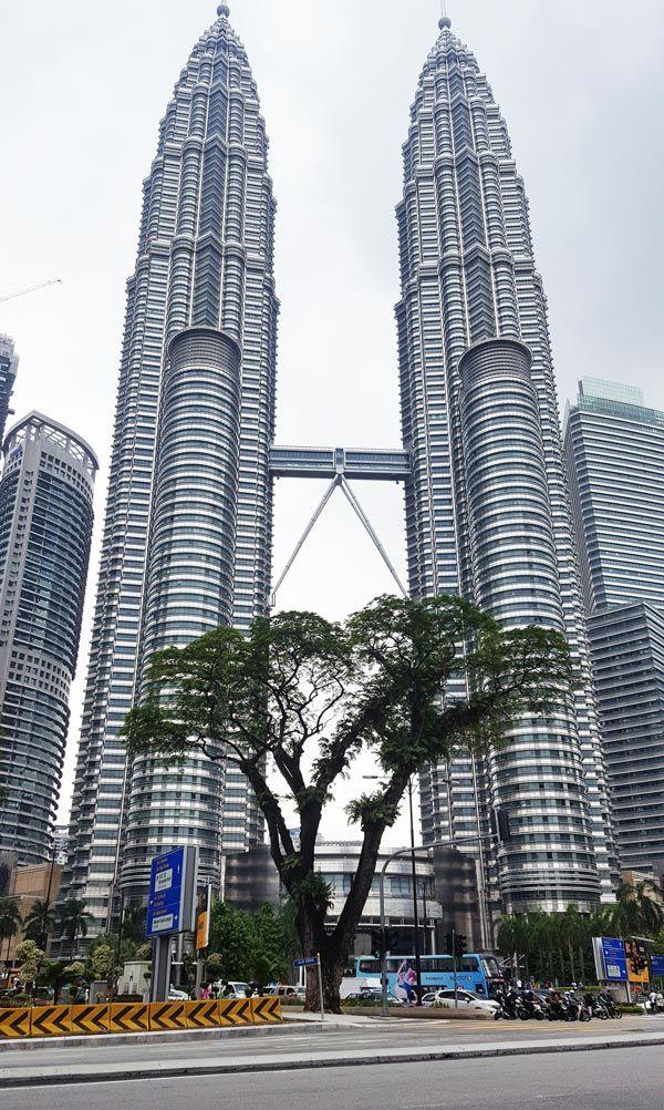 Chia sẻ kinh nghiệm du lịch bụi Malaysia - Tòa tháp đôi Petronas Twin Tower
