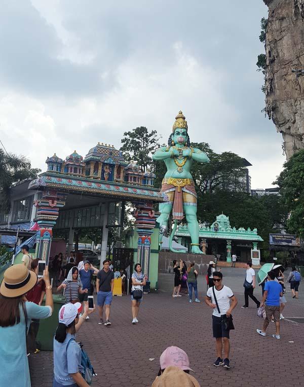 Chia sẻ kinh nghiệm du lịch bụi Malaysia - Tượng thần màu xanh