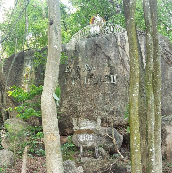 Chia sẻ kinh nghiệm leo núi Thị Vải 10 - Di tích cũ bên đường