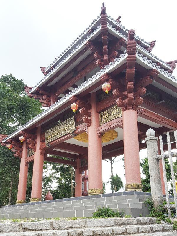 Chia sẻ kinh nghiệm leo núi Thị Vải 18 - Cổng chùa Linh Sơn Bửu Thiền trên núi
