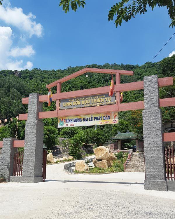 Chia sẻ kinh nghiệm leo núi Thị Vải 5 - Cổng chùa dưới chân núi